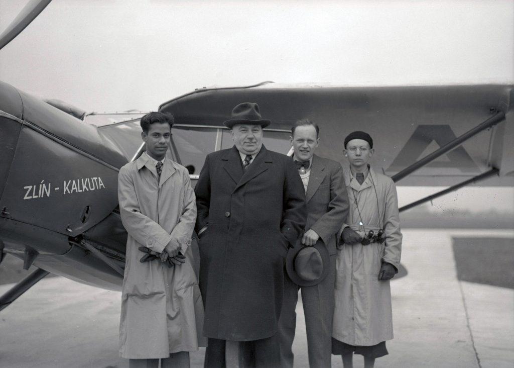 Václav Rojt (druhý zleva) během nejdelšího mezikontinentálního letu