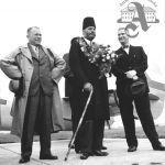 Hugo Vavrečka a Jan A. Baťa vítají na letišti v Otrokovicích indického ministra obchodu, 1937