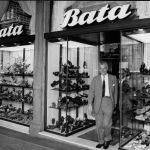 Tomáš Baťa jr. v jedné z prodejen, kolem roku 1960